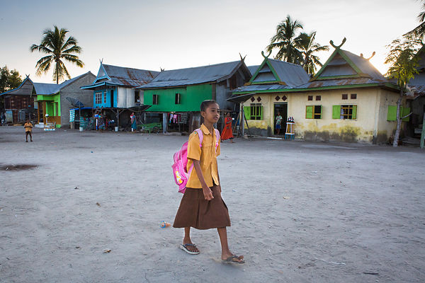 Nabila, 11 ans, sur le chemin de l'école, Pulau Messah, Flores, Indonésie / Nabila, 11 years old, on the way to school, Pulau Messah, Flores, Indonesia