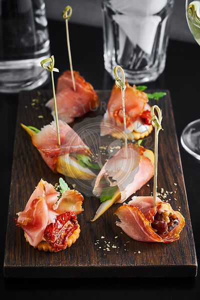 Hamon, dried tomatoes and pears appetizers