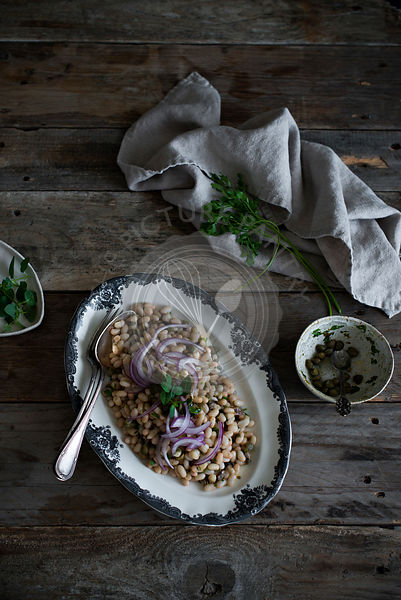 White bean salad with onions