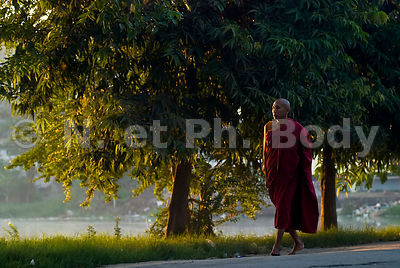 QUETE DES MOINES, MANDALAY, MYANMAR//BURMA, MANDALAY, MONK COLLECTION