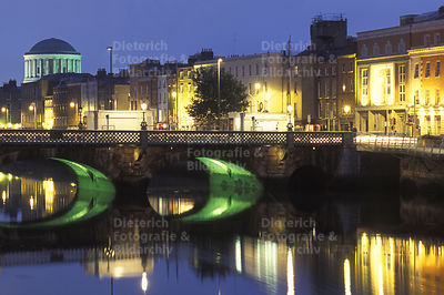River Liffey, links The Four Courts, Dublin, Irland