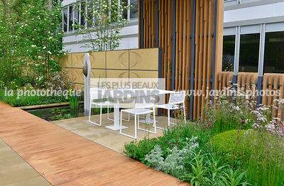 Terrasse contemporaine, mobilier de jardin : table et chaise collection Japan (Fabricant Estudi Hac), Allée en bois exotique Iroko. Paysagiste : Robert Myers, CFS, Angleterre