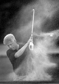 El presidente William Clinton disfruta del golf a las afueras de Washington D.C.