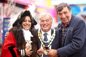 Bob Wilson of WIlson Fairs presents the golden key to Banbury Town Mayor Cllr Shaida Hussain & Cherwell District Council chairman Cllr Maurice Billington