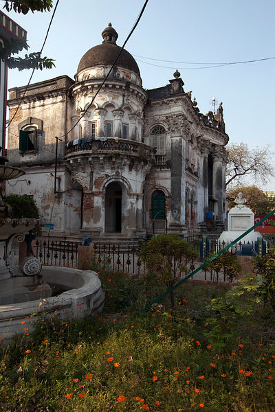 India - Chandannagar - The Nritya Gopal Smriti Mandir (known as the Old Library) and a statue of Rabindranath Tagore