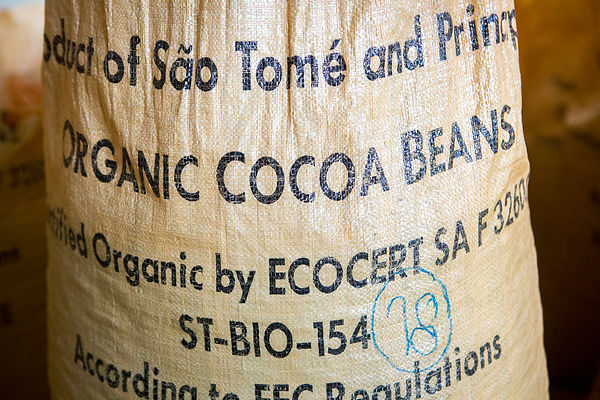 Traçabilité Ecocert sur sac pour l'exportation, Centre de séchage et mise en sac, CECAB, Coopérative de production et d'exportation de Cacao Biologique,  Guadalupel, Île de Sao Tomé / Ecocert traceability on bag for export, Drying and bagging center, CECAB, Cooperative production and export of Organic Cacao, Guadalupel, Sao Tome Island