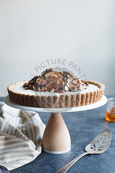 Cheesecake tart with roasted figs