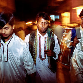 Musicians return to Kathputli Colony after a night's work