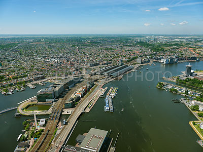Amsterdam, River IJ with on the left the oosterdoks Island (oosterdokseiland, ODE) and the railway station Amsterdam Centraal with the city of Amsterdam.