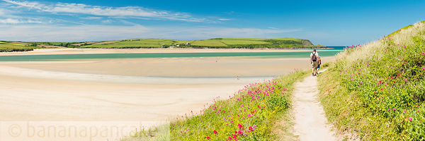 BP6165 - Walkers on the South West Coast Path near Padstow, Cornwall