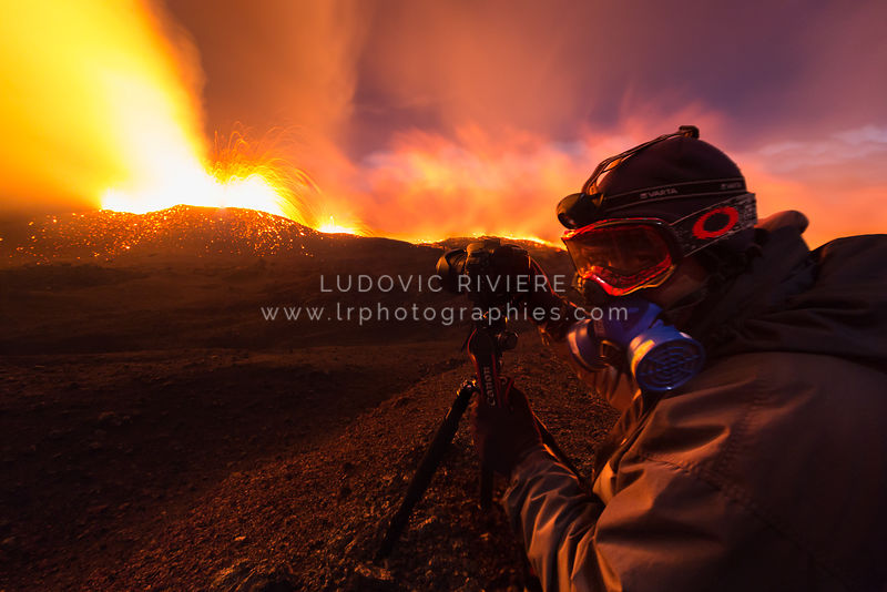 Photographe en action pendant l'éruption de la fournaise en 2015
