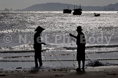 VIETNAM, PLAGE DE LONG HAI, PECHEURS//Vietnam, Long Hai, cleaning fish nets