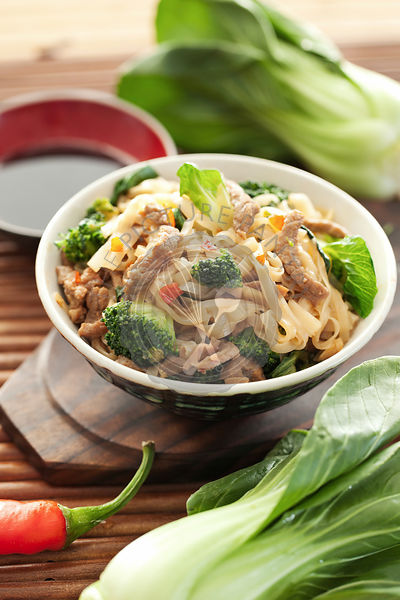 Rice noodles with beef and broccoli