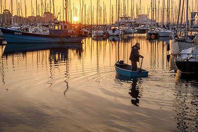 Sculling_off_for_his_trawler_-_Lymington