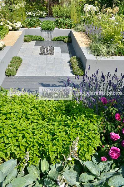 la phototh que les plus beaux jardins terrasse en contrebas entour e de massif fleuri au. Black Bedroom Furniture Sets. Home Design Ideas
