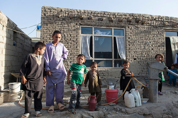 Bashir 13 ans et enfants de la famille dans la cour intérieur, Kaboul, Afghanistan / Bashir 13 years-old and children of the family in the courtyard, Kabul, Afghanistan