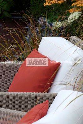 Mobilier de jardin : fauteuil (collection Terra chez The modern garden company), Paysagiste : Catherine MacDonald, HCFS, Angleterre