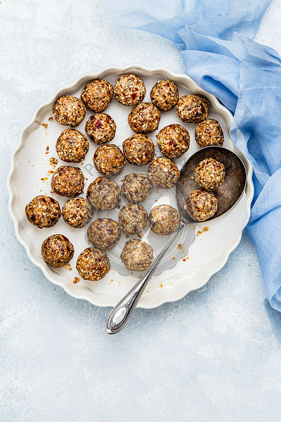 No Bake Dates Granola Energy Balls with Oats, Dates, Cashew nuts and Almonds