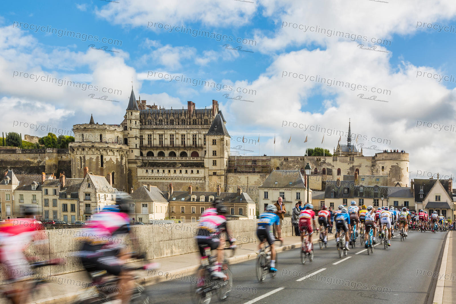 The Peloton and the Amboise Chateau- Paris-Tours 2017