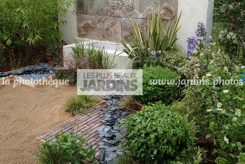 la phototh que les plus beaux jardins jardin contemporain parterre de galets et ardoises. Black Bedroom Furniture Sets. Home Design Ideas