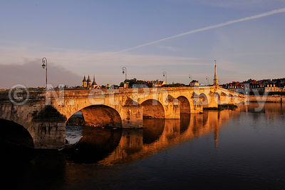 FRANCE, VALLEE DE LA LOIRE, BLOIS, PONT SUR LA LOIRE//FRANCE, LOIRE VALLEY, BLOIS, BRIDGE OVER THE LOIRE RIVER