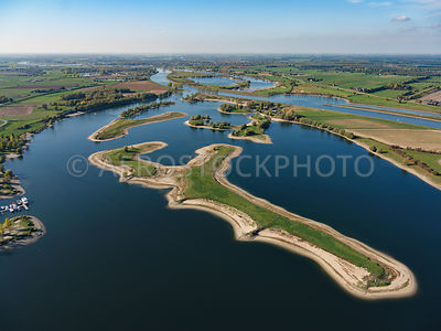 Island of Maurik, despite the fact that the water level in the Lower Rhine is kept at an elevated level by weirs, the low water level is clearly visible here.
