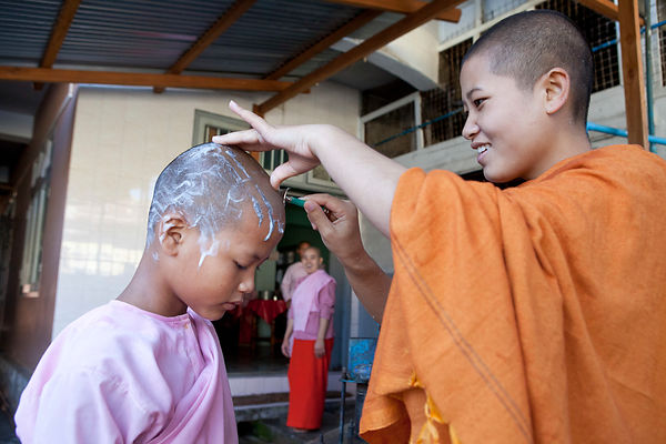 Otama, 11 ans, jeune nonne se faisant raser la tête dans le couvent de Nyaungshwe, Birmanie / Otama, 11 years-old, young nun being shaved in the convent of Nyaungshwe, Burma