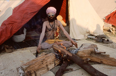 India - Allahabad - A saddhu in front of his fire
