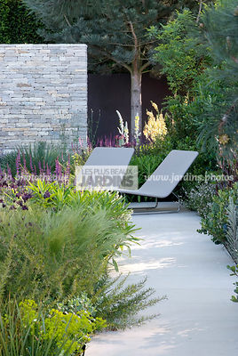 Jardin contemporain, Chaise (Designer : Paola Lenti). Paysagiste : Andy Sturgeon. CFS, Angleterre