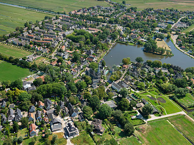 Broek in Waterland originated at the Broekermeer. After the reclamation of the Broekermeer in 1628 the Havenrak was maintained, the village around it grew to the current population of about 2400. Broek in Waterland is a protected village landscape, many of the houses are made of wood because of the weak subsoil.