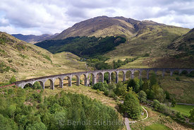 Royaume-Uni, Ecosse, Highland, Jacobite Steam Train (train à vapeur le Jacobite), plus connu comme le train Harry Potter, traversant le viaduc de Glenfinnan (vue aérienne) // UK, Scotland, Highland, Loch Shiel, Glenfinnan, Glenfinnan Railway Viaduct, part of the West Highland Line, The Jacobite Steam Train, made famous in JK Rowling's Harry Potter as the Hogwarts Express (aeriel view)