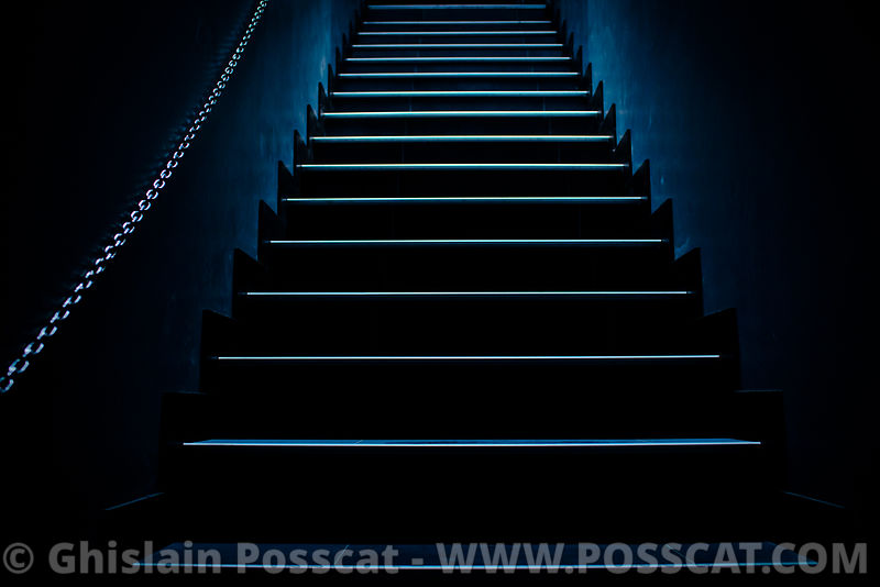 Shooting photo club privé escalier bleu