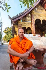Buddhist monk in front of Wat Siri Moung Khoung temple