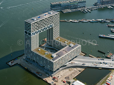 Amsterdam, Houthaven, the Pont Steiger building (Pontsteiger gebouw) was designed by Arons and Gabel Architects. The 90 meters high residential building has next to  public facilities over 300 apartments.
