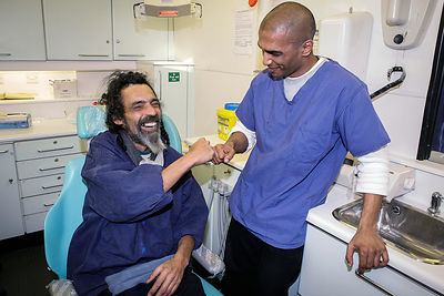 Homeless-man-fist-bumping-dentist-for-treatment-crisis-christmas-Copyright-Rob-Johns-BJ-25.12.05-065