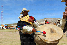 J'acha sikus musicians from Aransaya playing panpipes / sicus and drum / bombo, Curahuara de Carangas, Bolivia