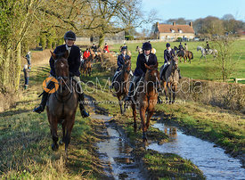 The field leave the meet at Waltham House
