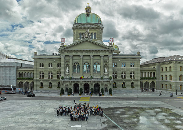 Photo de famille Swiss Live Talents devant le Palais Fédérale à Bern Architectural photographs