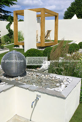 Point d'eau dans un jardin contemporain. Designer : Chris Beardshaw. Hampton court. Angleterre