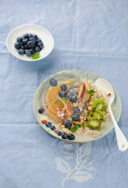 Oatmeal porridge with berries and honey