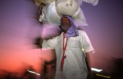 India - Allahbad - Pilgrims arriving with their belongings on their head at the Kumbh camp, Ardh Kumbh Mela 1995, Allahbad, India