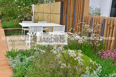 Terrasse contemporaine, mobilier de jardin : table et chaise collection Japan (Fabricant Estudi Hac), Massif style champêtre : Anthriscus sylvestris 'Ravenswing' (Cerfeuil sauvage), Paysagiste : Robert Myers, CFS, Angleterre
