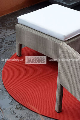Tapis rouge, mobilier de jardin : fauteuil (collection Terra chez The modern garden company), Paysagiste : Catherine MacDonald, HCFS, Angleterre