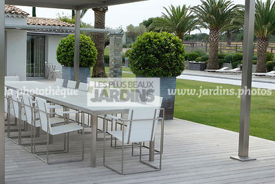 Mobilier contemporain. Conception du jardin groupe Derbez, Paysagiste : Fanny Chaboud. France
