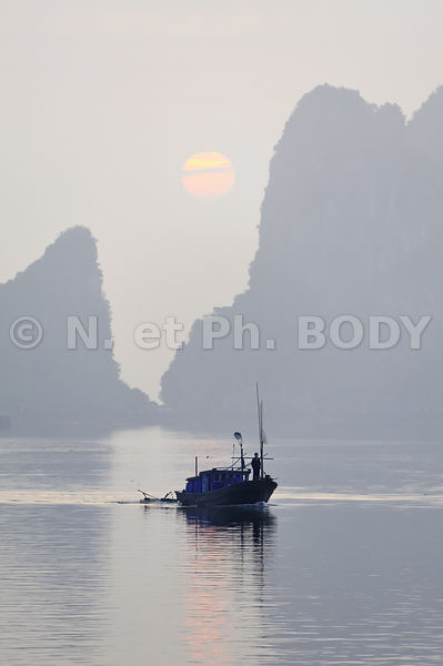 VIETNAM, BAIE HA LONG, BATEAU DE PECHE // Vietnam, Ha Long Bay, Fishing
