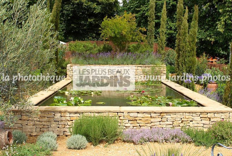 La phototh que les plus beaux jardins jardin m diterran en bassin entour d 39 un muret en - Bassin de jardin en pierre ...