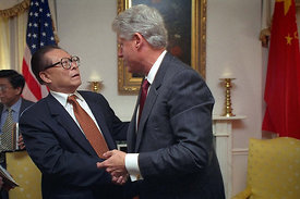 El presidente William Clinton se reúne con el presidente chino Jiang Zemin en Nueva York, N.Y.