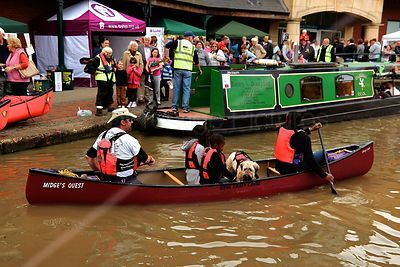 Canoe with Children and dog Leaves the Towpath by the Castle Quay Shopping Centre in Banbury