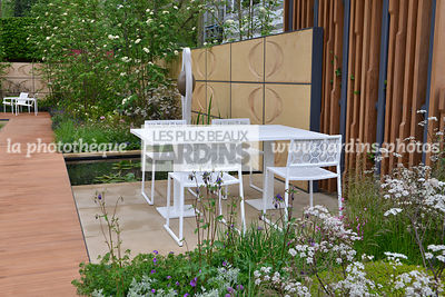 Terrasse contemporaine, mobilier de jardin : table et chaise collection Japan (Fabricant Estudi Hac), Paysagiste : Robert Myers, CFS, Angleterre