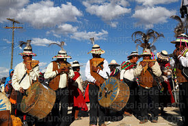 Condor de los Andes sicureada group playing panpipes / sicus and drums / bombos, Orinoca, Bolivia